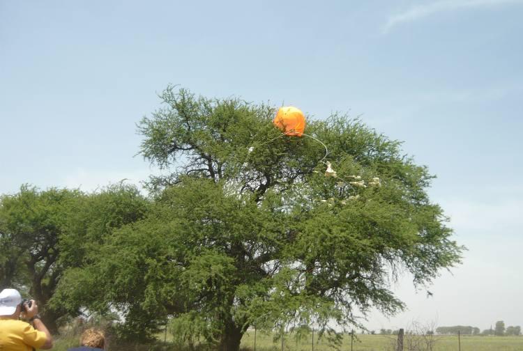 El globo y su carga util, en un calden a 8 mts de altura
